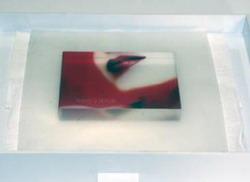 Приложите отпечатанное изображение глянцевой стороной к обработанной клеем стороне кристалла