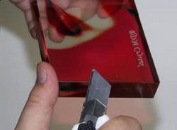 После затвердевания клея, выньте кристалл и обрежьте выступающие края пленки
